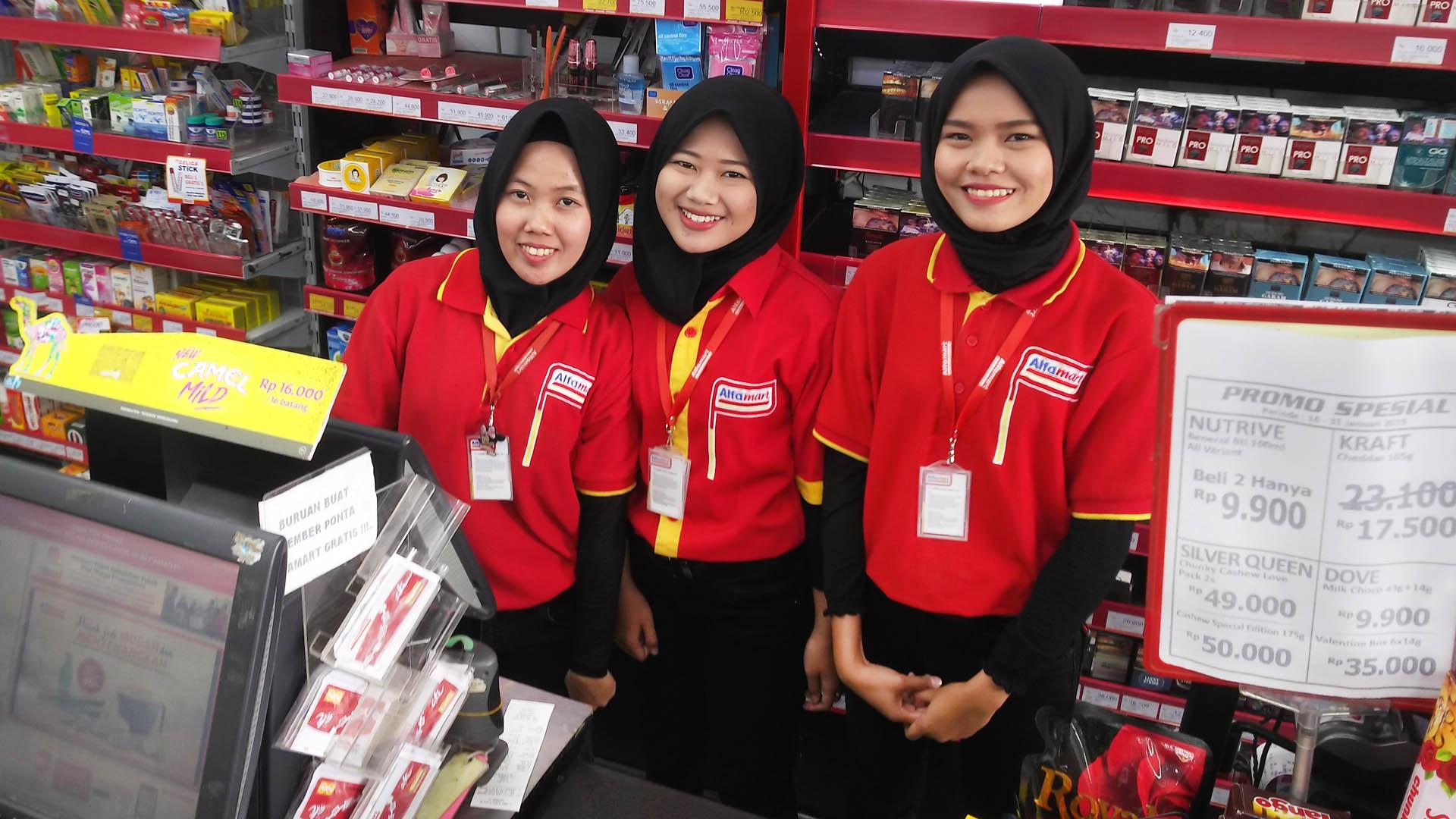 Das freundliche Team des Alfamart an der Kasse