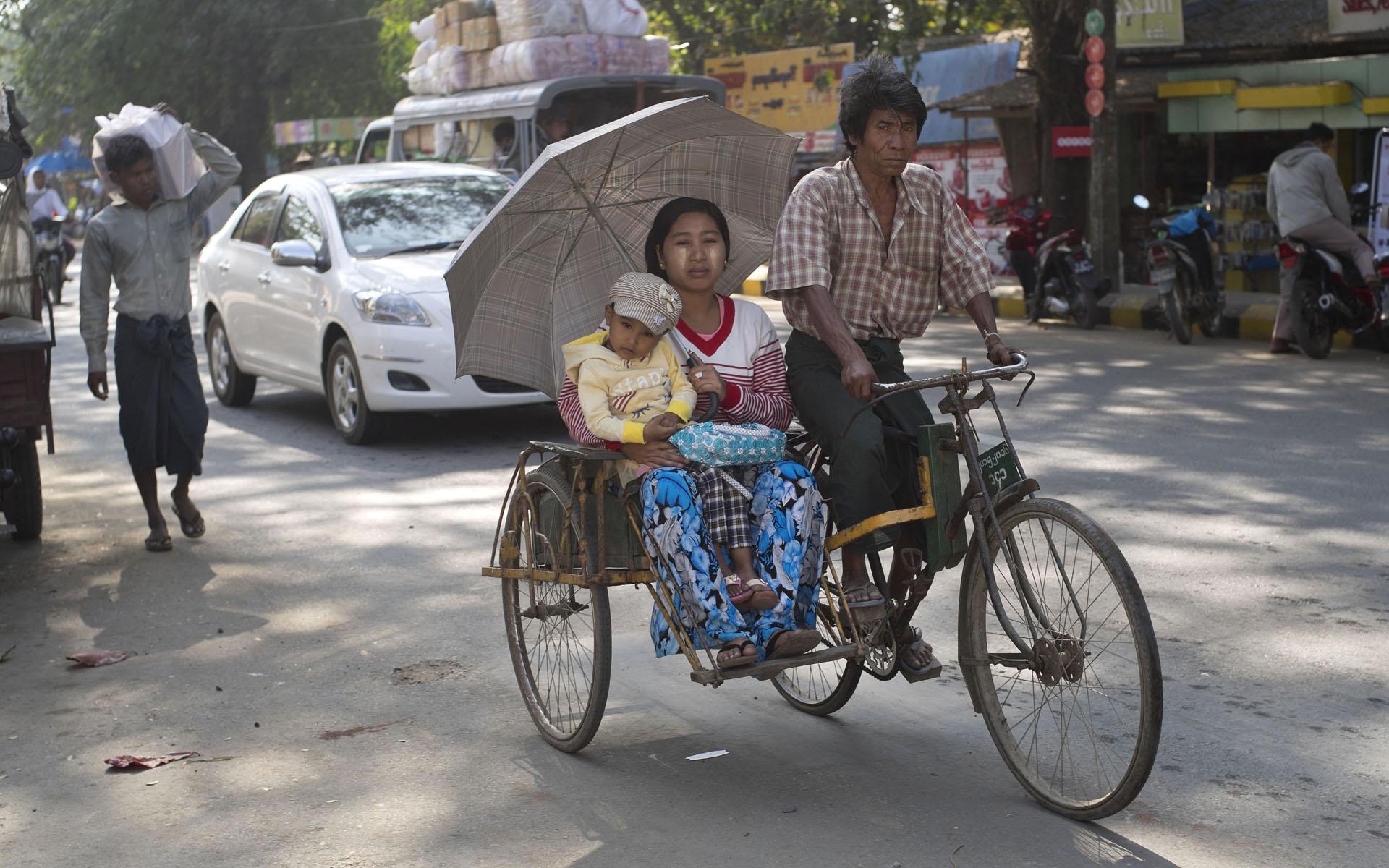 Ehepaar auf einem Trishaw in Sittwe. Der Mann gehört der Volksgruppe der Rohingya an, die Frau ist Birmanin.